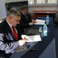 Umowę parafuje Marek Figlerowicz IChB PAN oraz dr Olaf Gajl dyrektor OPI PIB