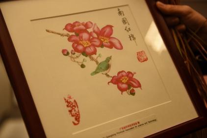Na zdjęciu widać zbliżenie na obrazek z kwiatami, jaki otrzymaliśmy od delegacji chińskiej.