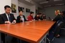 Powiększ zdjęcie: Na zdjęciu widać uczestników spotkania siedzących przy stole konferencyjnym.