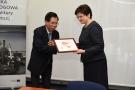 Powiększ zdjęcie: Na zdjęciu widać przedstawiciela delegacji chińskiej wręczającego pamiątkową grafikę dyrektor Instytutu.