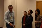 Powiększ zdjęcie: Na zdjęciu widać delegację chińską słuchającą wyjaśnień naukowca.