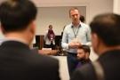 Powiększ zdjęcie: Na zdjęciu widać uczestników spotkania podczas rozmowy.