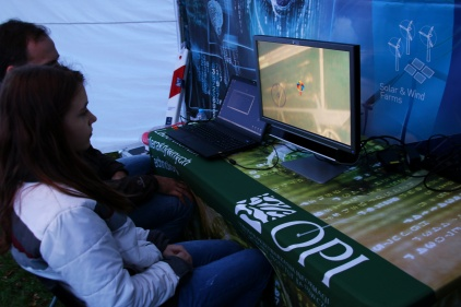 Na zdjęciu widać uczestnika gry opartej o Eye Trackera - gdzie ruchem spadochroniarza kieruje się za pomocą oczu