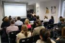 Powiększ zdjęcie: przedstawiciele uczelni na spotkaniu dotyczącym Jednolitego Systemu Antyplagiatowego; system prezentuje Elena Niemirska z OPI PIB