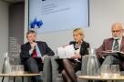 Powiększ zdjęcie: od lewej dr Olaf Gajl, dr hab. Katarzyna Kopczewska, prof. Marek Rocki; fot. Artur Traczyk, OPI PIB