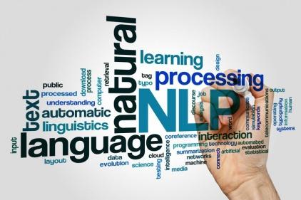 Zdjęcie przedstawia słowa swobodnie rozrzucone na głównym tle. To angielskie słowa a najważniejsze z nich to Natural Language Processing